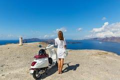 Mujer con la motocicleta blanca Foto de archivo libre de regalías