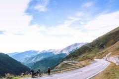 Mujer con la motocicleta de la aventura Jinete de la moto Top del camino de la montaña Vacaciones de los motoristas Viaje y forma fotos de archivo libres de regalías