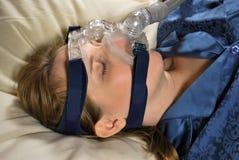 Mujer con la máscara de CPAP Fotos de archivo