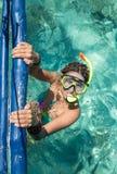 Mujer con la máscara que bucea en agua clara Foto de archivo libre de regalías