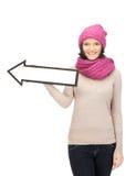 Mujer con la muestra de la flecha de la dirección Imagen de archivo libre de regalías