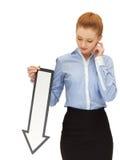 Mujer con la muestra de la flecha de la dirección Fotos de archivo libres de regalías