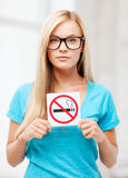 Mujer con la muestra de la restricción que fuma Imagenes de archivo
