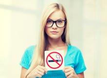 Mujer con la muestra de la restricción que fuma Fotos de archivo
