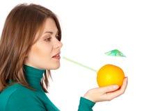 Mujer con la naranja Imagen de archivo libre de regalías