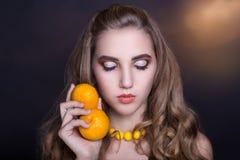 Mujer con la naranja Foto de archivo
