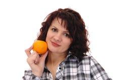 Mujer con la naranja imagen de archivo