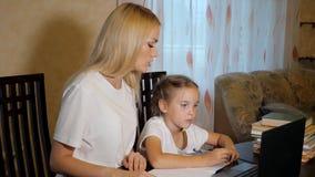 Mujer con la niña que hace la preparación junta almacen de video