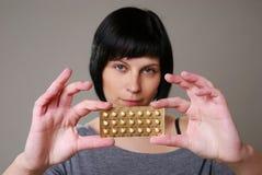 Mujer con la píldora imagen de archivo libre de regalías