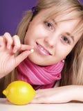 Mujer con la píldora en la mano Imagen de archivo libre de regalías