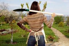 Mujer con la pala en jardín Foto de archivo libre de regalías