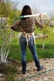 Mujer con la pala en jardín Fotografía de archivo