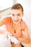 Mujer con la palanca de mando que juega a los videojuegos Imágenes de archivo libres de regalías