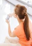 Mujer con la palanca de mando que juega a los videojuegos Fotografía de archivo libre de regalías