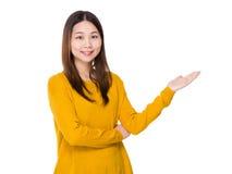 Mujer con la palma abierta de la mano Foto de archivo libre de regalías