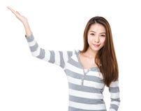 Mujer con la palma abierta de la mano imagen de archivo