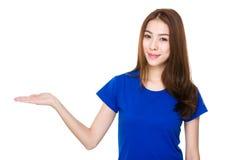 Mujer con la palma abierta de la mano Foto de archivo