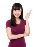 Mujer con la palma abierta de la mano Fotos de archivo