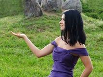 Mujer con la palma abierta vacía fotografía de archivo