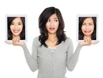 Mujer con la pantalla de tableta dos uno con la cara sonriente y Fotografía de archivo