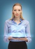 Mujer con la PC de la tableta que envía el email Imagen de archivo