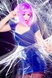 Mujer con la peluca púrpura y el maquillaje intenso atrapados en un Web de araña que grita Foto de archivo libre de regalías