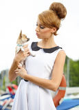 Mujer con la pequeña chihuahua al aire libre Fotografía de archivo libre de regalías