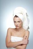 Mujer con la piel fresca y toalla en la cabeza Imagen de archivo libre de regalías