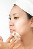 Mujer con la piel perfecta de la salud de la cara y de la toalla de baño en la cabeza Imagen de archivo