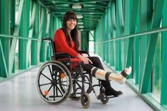 Mujer con la pierna en yeso Fotos de archivo