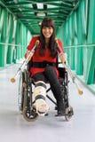 Mujer con la pierna quebrada Imagen de archivo