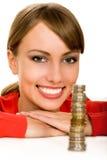 Mujer con la pila de monedas foto de archivo libre de regalías