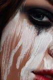 Mujer con la pintura blanca manchada en su cara fotos de archivo libres de regalías