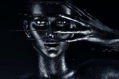 Mujer con la pintura negra en los fingeres Foto de archivo libre de regalías