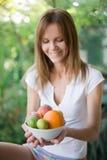 Mujer con la placa de frutas Fotografía de archivo libre de regalías