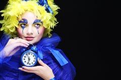 Mujer con la pluma amarilla de la peluca Foto de archivo