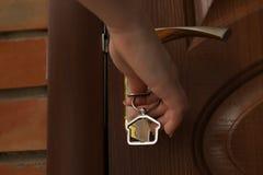 Mujer con la puerta principal de apertura dominante imágenes de archivo libres de regalías