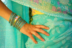 Mujer con la pulsera del mensaje de la India del amor de la sari I Imagenes de archivo