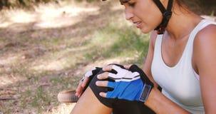 Mujer con la rodilla herida que sufre de dolor almacen de metraje de vídeo