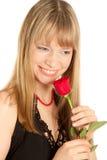Mujer con la rosa del rojo aislada en blanco Imagen de archivo