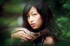 Mujer con la serpiente fotografía de archivo libre de regalías
