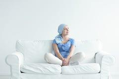 Mujer con la sonrisa del cáncer foto de archivo
