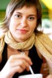 Mujer con la sonrisa del cofee  Imagenes de archivo