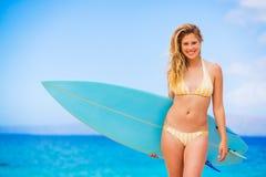 Mujer con la tabla hawaiana en la playa Fotografía de archivo libre de regalías