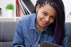 Mujer con la tableta Imágenes de archivo libres de regalías