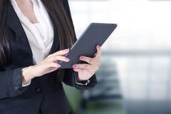 Mujer con la tableta fotos de archivo libres de regalías