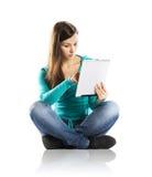 Mujer con la tableta de la PC Fotografía de archivo libre de regalías