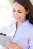 Mujer con la tableta digital Imágenes de archivo libres de regalías