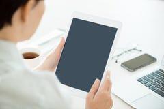 Mujer con la tableta digital en blanco imagenes de archivo