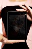 Mujer con la tableta quebrada Foto de archivo